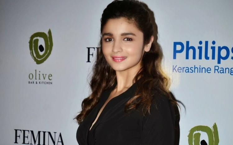 Alia Bhatt Nickname, Father name, Mother name and Family details