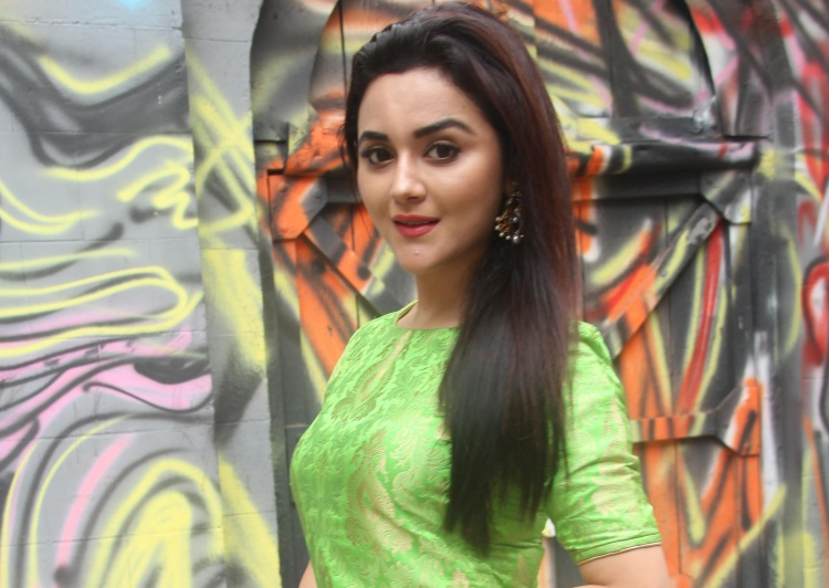 Ragini Nadwani Favourite Food, Colour, Destination and Hobbies