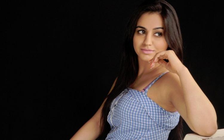 Aksha PArdasany Wiki Bio Age Husband Salary Photos Video News Ig Fb Tw