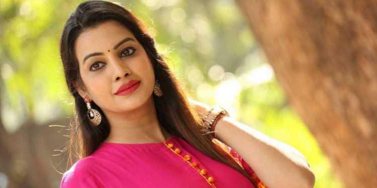 Deeksha Panth Wiki Bio Age Husband Salary Photos Video News Ig Fb Tw